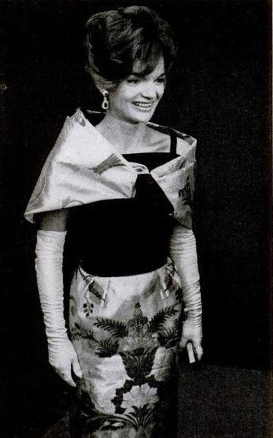 Designed By Joan Morse 1962 Mrs Kennedy Had The Skirt Made From A Brocade Fabric Given To Her By King Saud Of Saudi Arabi Weisses Haus Personlichkeiten Mutze