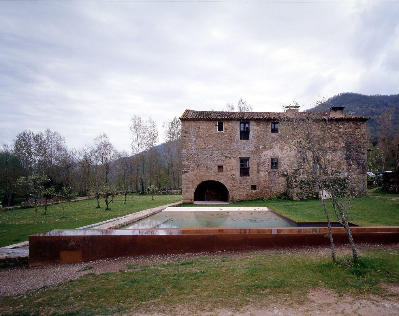 Rcr arquitectes alberca en la vila de trincheria - Arquitectes girona ...