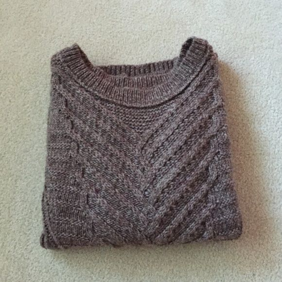 ❤️SALE❤️Cute chunky cable knit sweater cable knit sweater from American eagle, super cute and size small. great with a scarf for the fall (: I trade for brandy only (: cute. SUBMIT OFFERS IM ACCEPTING ANYTHING REASONABLE ON THIS ❤️❤️ (>50%) American Eagle Outfitters Sweaters Crew & Scoop Necks