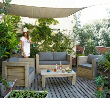 terrasse en bois murs verdoyants plantes en pot toile pare soleil balcon pinterest. Black Bedroom Furniture Sets. Home Design Ideas