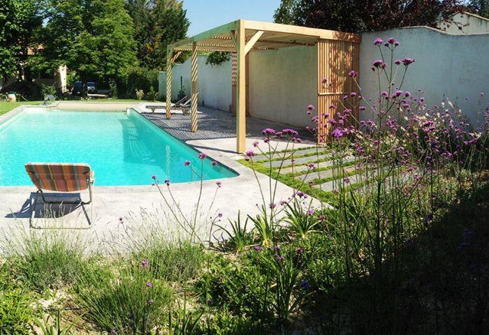vue de la pergola comtemporaine utilise pour relooker les abords dune piscine conception - Conception D Une Piscine