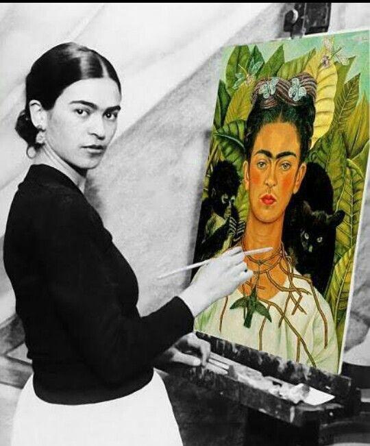 Frida con uno de sus cuadros