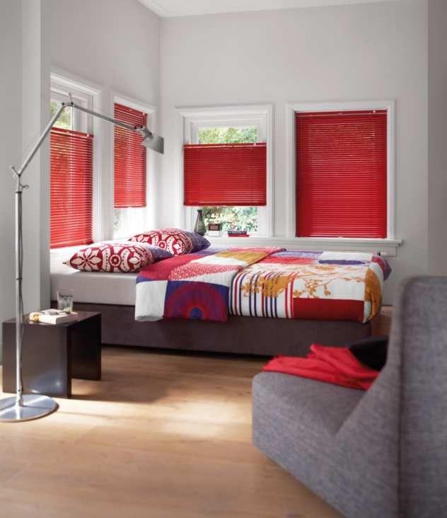Jalousien In Rot Im Modernen Schlafzimmer