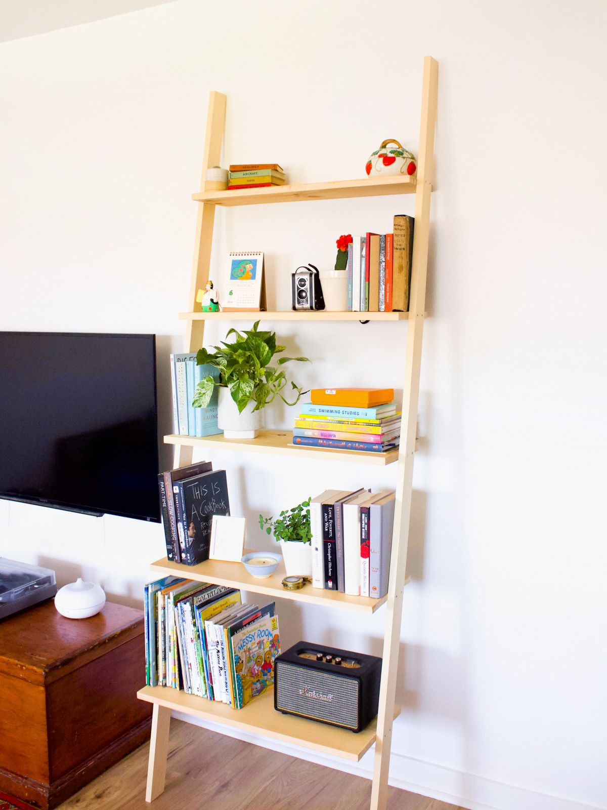 How to Build a DIY Leaning Bookshelf Leaning bookshelf