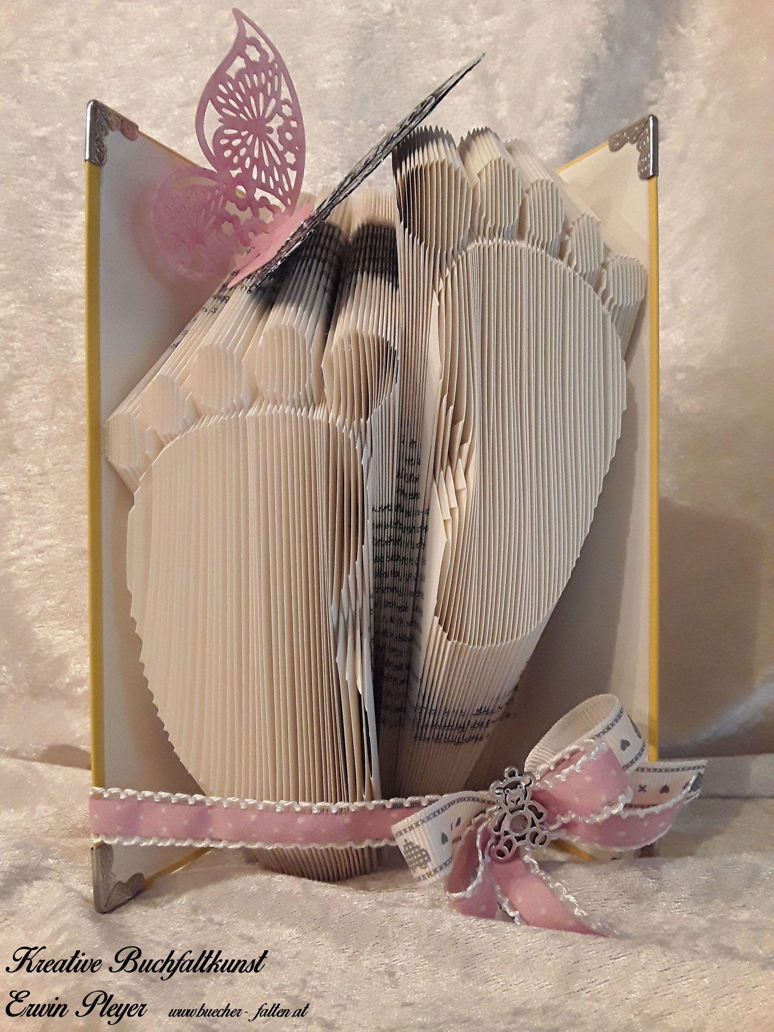 Babyfüße In Ein Buch Gefaltet Zur Geburt Oder Taufe Ein