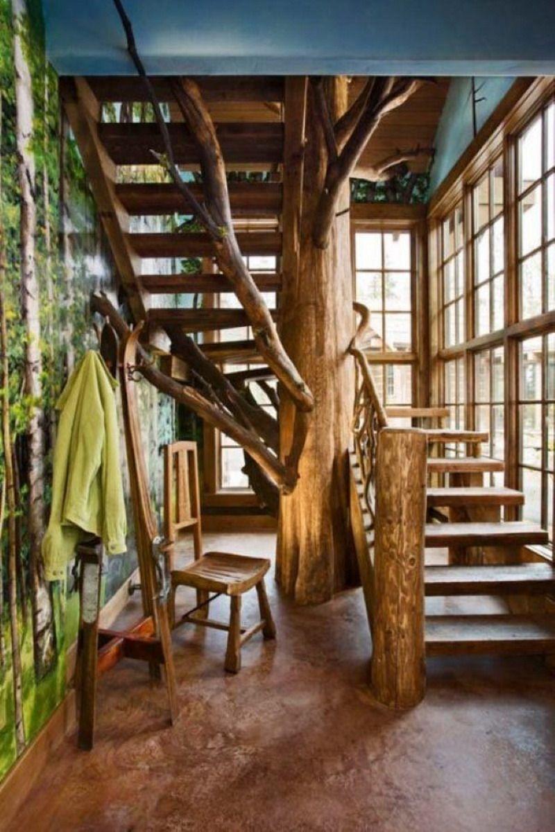 Un escalier splendide autour d'un tronc d'arbre. Une déco naturelle et originale.