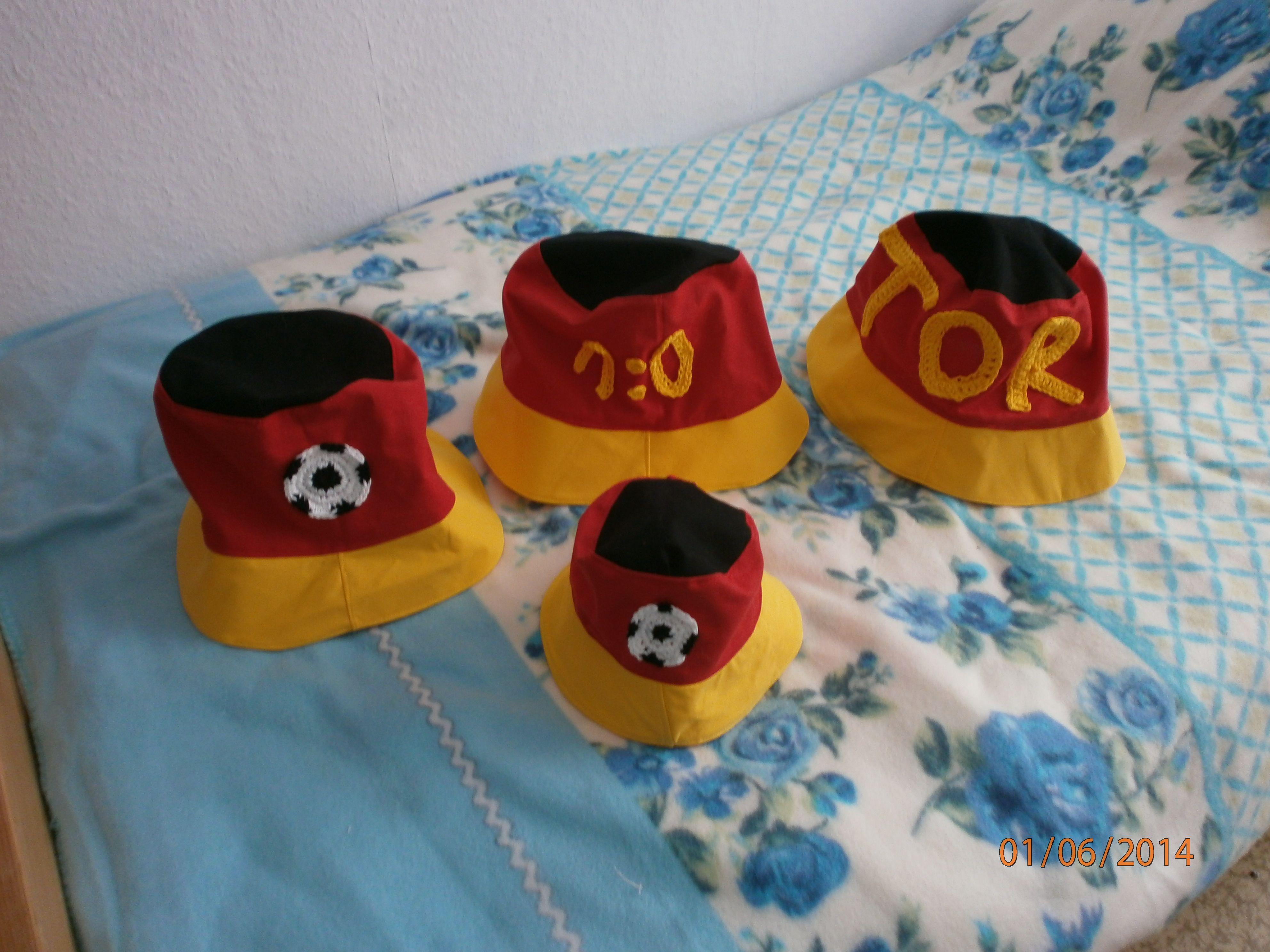 die Hüte habe ich zur WM genäht  für drei Brüder und ihre kleine Schwester  die Applikationen sind von mir gehäkelt