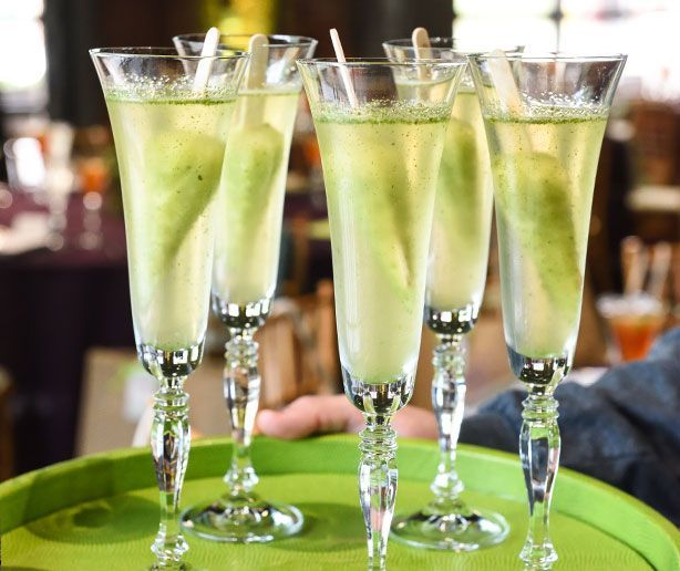 Lemon and Fresh Mint Champagne Popsicle Greet Drink - A Taste of Summer! #champagnepopsicles Lemon and Fresh Mint Champagne Popsicle Greet Drink - A Taste of Summer! #champagnepopsicles