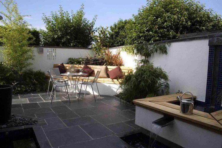 terrasse carrelée aménagée avec bancs en bois et béton, et plantes