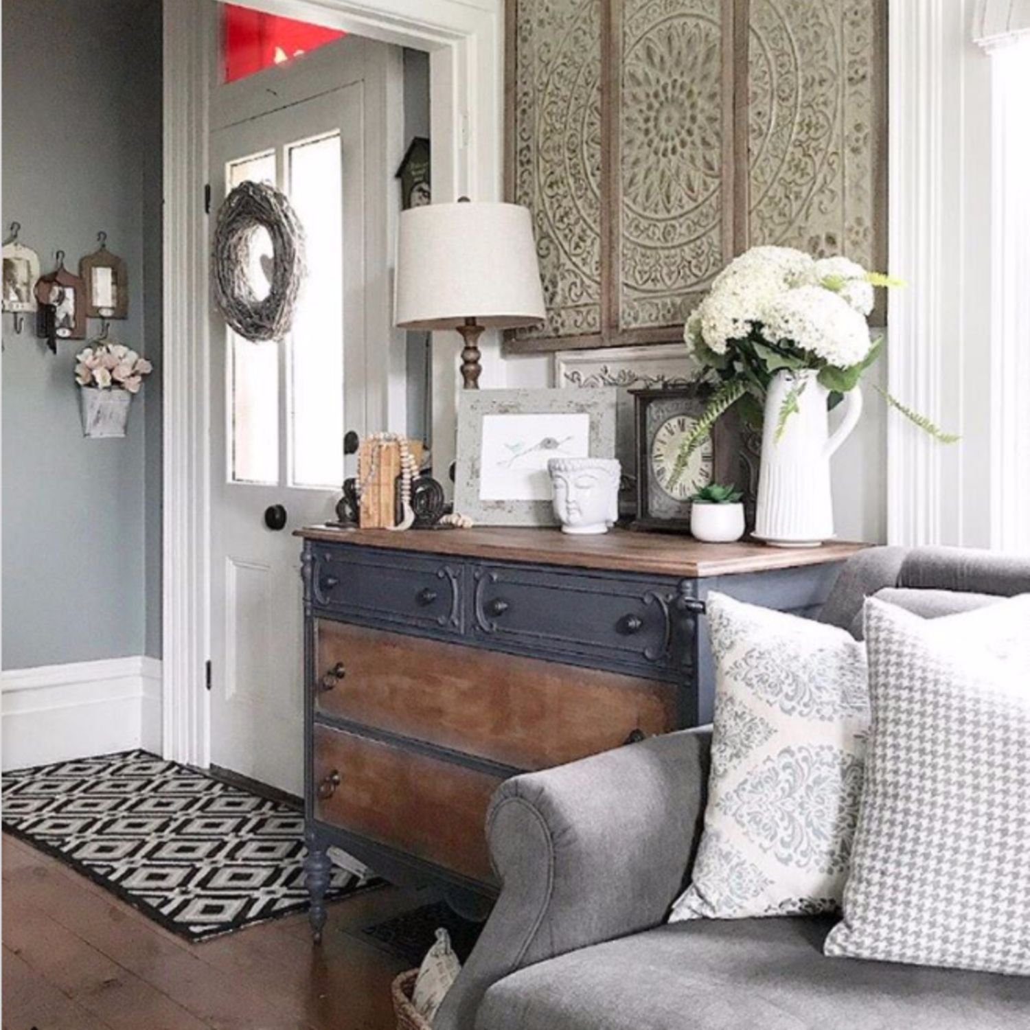 This Farmhouse Living Room Entryway Is Gorgeous. Love All The Farmhouse  Living Room Design Ideas