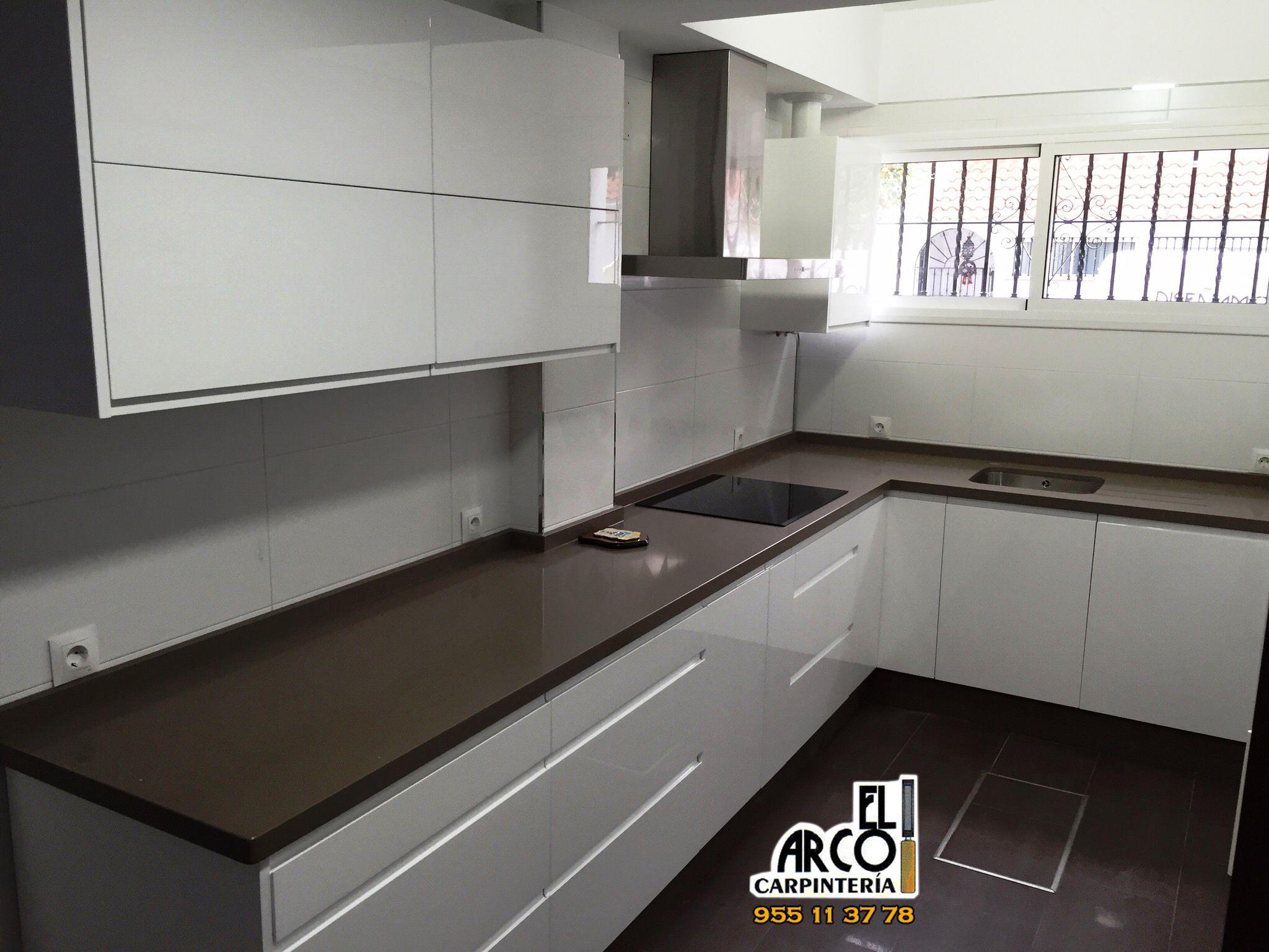 Cocina con puertas blanco alto brillo, con tirador integrado en ...