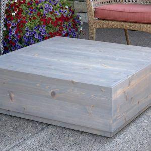 DIY Outdoor Table for a Charming Backyard Oasis #backyardoasis