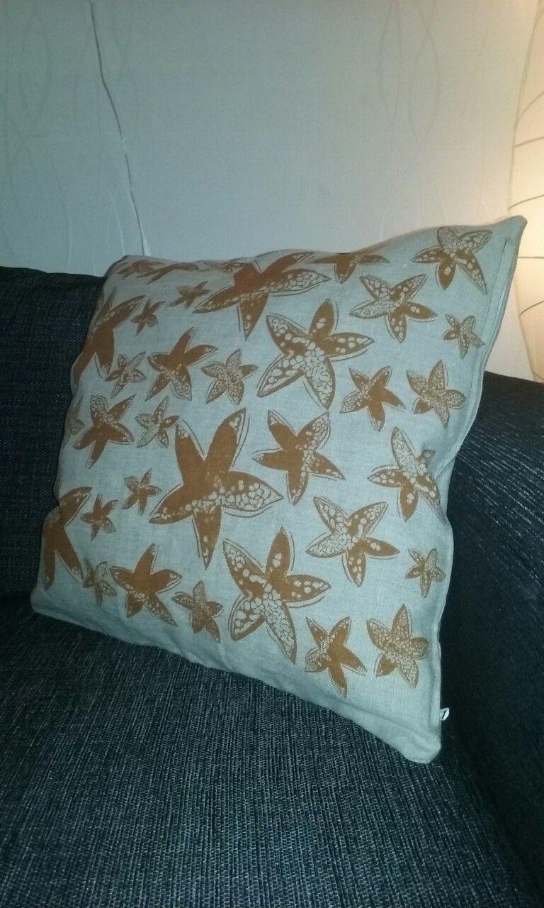 Suunnittelin ja painoin kankaan ja ompelin tyynyn 😊