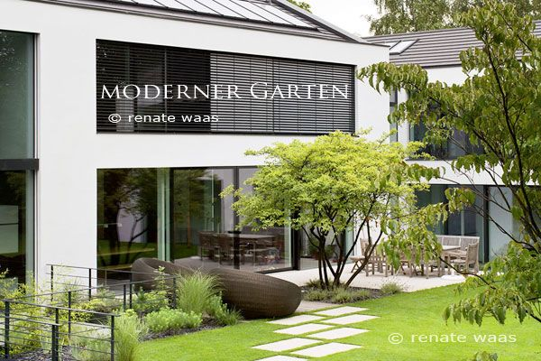 moderner garten modern garden ein moderner garten mit trittplatten im rasen eine felsenbirne. Black Bedroom Furniture Sets. Home Design Ideas