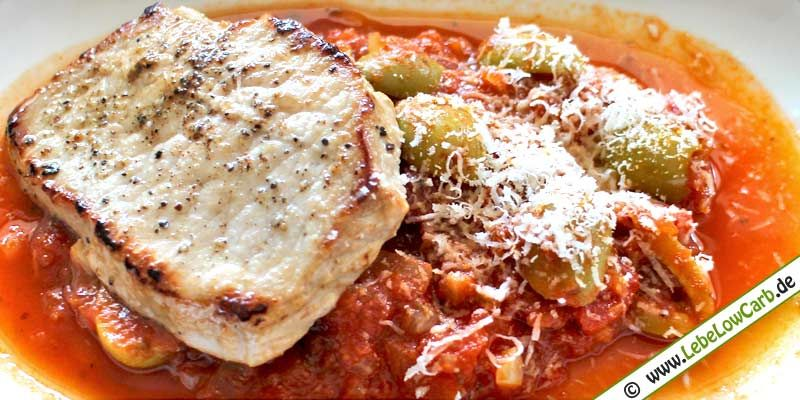Low Carb Rezept | Schweinerückensteak auf Pizzaiola | Eine leckere würzige Sauce mit Tomaten, Oliven und Zwiebeln zu einem in Olivenöl mit Zitrone und Knoblauch angebratenem Schweinerückensteak. | lebelowcarb.de | #lowcarb #rezept