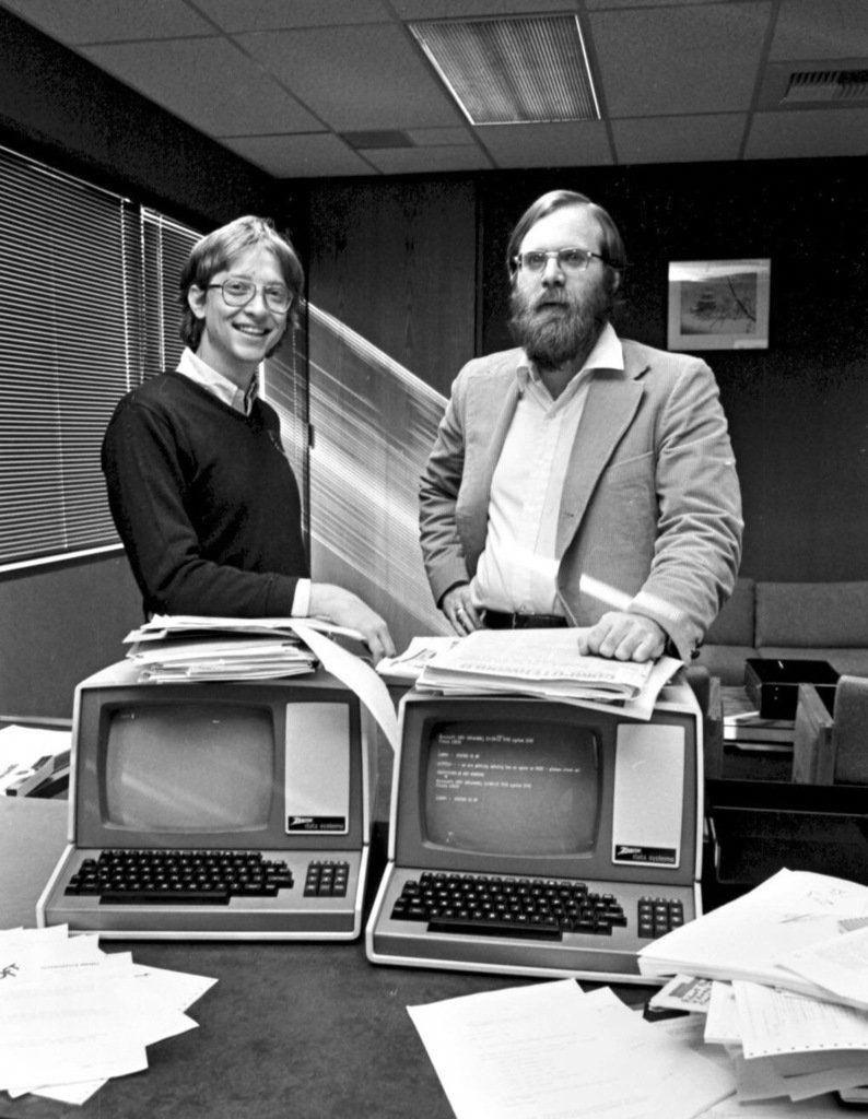 Bill Gates And Paul Allen Pose Over A Couple Of Zenith Z 19 Terminals Gamingcomputercouple In 2020 Nostalgie Informatik Computer