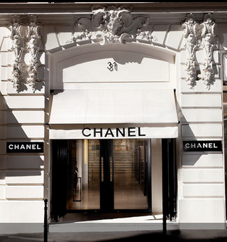 gabrielle chanel opens her couture house at 31 rue cambon. Black Bedroom Furniture Sets. Home Design Ideas