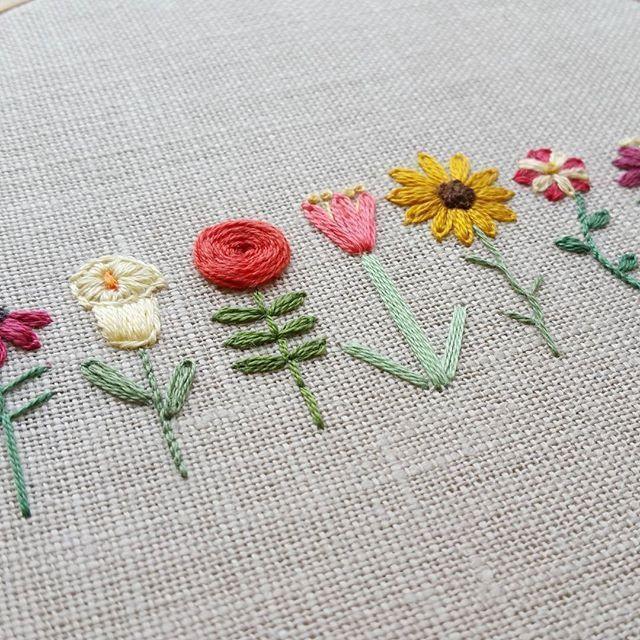 Ich habe es vor einem Jahr zurück geworfen, als ich diese kleinen Blumen zum ersten Mal entworfen habe. ⚘ #blumen #diese #einem #ersten #geworfen #kleinen #zuruck Stickerei #flowerpatterndesign - halloween dinner #flowerfabric
