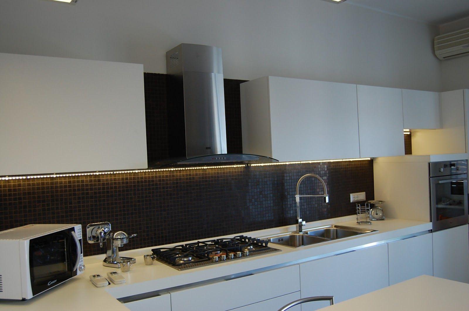 una cucina illuminata con una striscia led | casa | Pinterest | LED ...