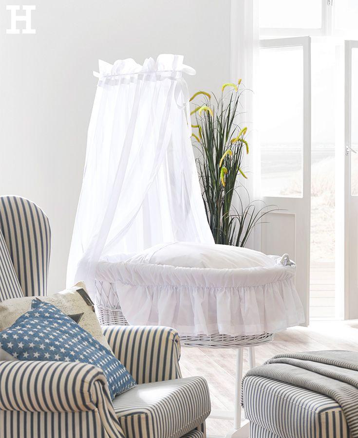 ein romantisches erstes bettchen ist dieser stubenwagen mit einem korb aus handgeflochtener. Black Bedroom Furniture Sets. Home Design Ideas