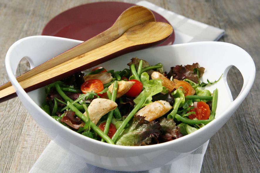 Lavez la salade si nécessaire et essorez-la. Pelez et émincez finement l'échalote et coupez les tomates cerise en 2. Faites cuire les haricots verts dans une casserole d'eau additionnée du cube de Bouillon aux Légumes pendant environ 5 minutes. Ils doivent rester croquants. Egouttez soigneusement et laissez tiédir. Coupez les escalopes de poulet en fines aiguillettes. Faites-les revenir dans une poêle bien chaude contenant 1 cuillerée à soupe d'huile d'olive. En fin de cuisson, ajoutez 1…
