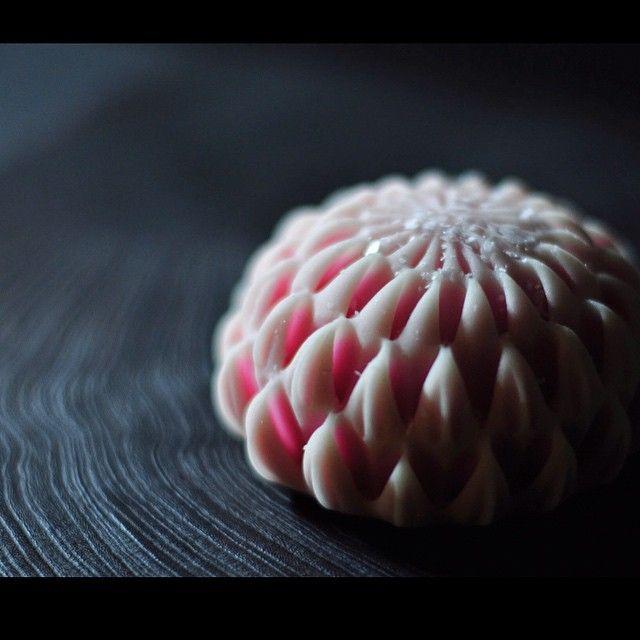 """一日一菓 「はさみ菊 箸切 """"輪菊""""」 煉切製  wagashi of one day """"Scissors chrysanthemum type 6"""" title : ringiku  本日御紹介のはさみ菊 六つ目は「箸切 """"輪菊""""」です  この作品は通常のハサミでは無く、 一般的な塗り箸にて切ってあります。 切り口がハートマークに見える可愛らしいDesignです。  氷餅仕上げ  #和菓子 #煉切 #ねりきり #wagashi #あん #wagashi #nerikiri #japan #sweet #cake #artist  #candy #Scissors #chrysanthemum #はさみ #菊 #工芸 #技法 #輪花 #leaf #Grass # #"""
