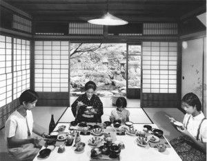 C'è un paese, il Giappone, che ha fatto di tradizione e innovazione la sua bandiera. La Galleria 70 di Milano, fino al 28 luglio, ci racconta questa storia di contrasti. E' il 1875 quando Madame Monet viene ritratta mentre si pavoneggia in un kimono rosso molto ampio, impreziosito da disegni