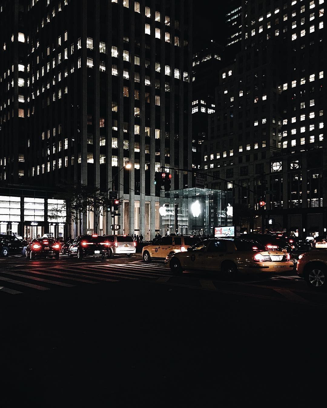 «Apple fans should be here  #applestore #applefan #D4NHxNYC #newyork #newyorkcity #nyc #fifthavenue #vsco #vscocam»