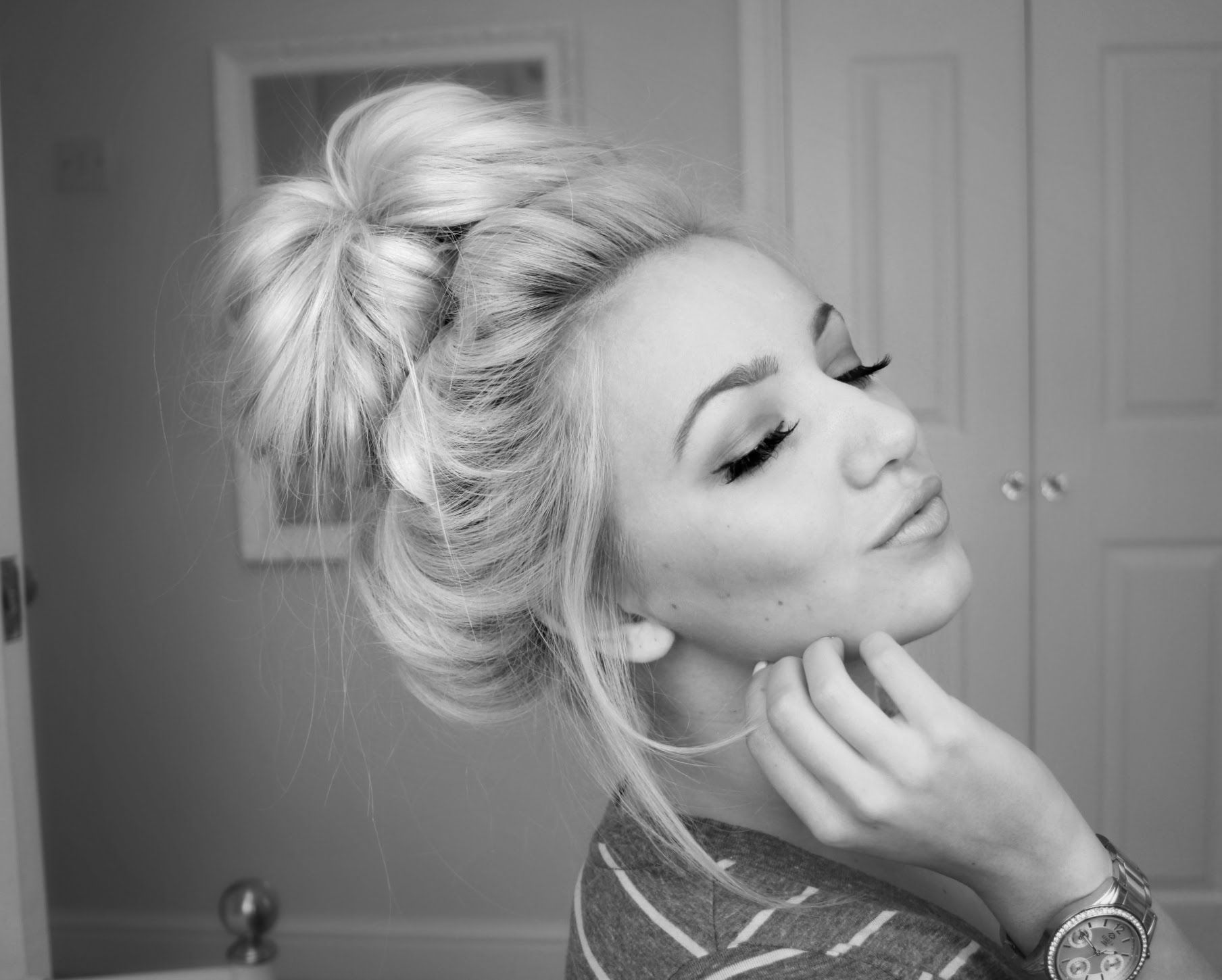 Easy Messy Bun Updo Hairstyle For Medium Long Hair T Hair Styles Hairstyle Medium Hair Styles