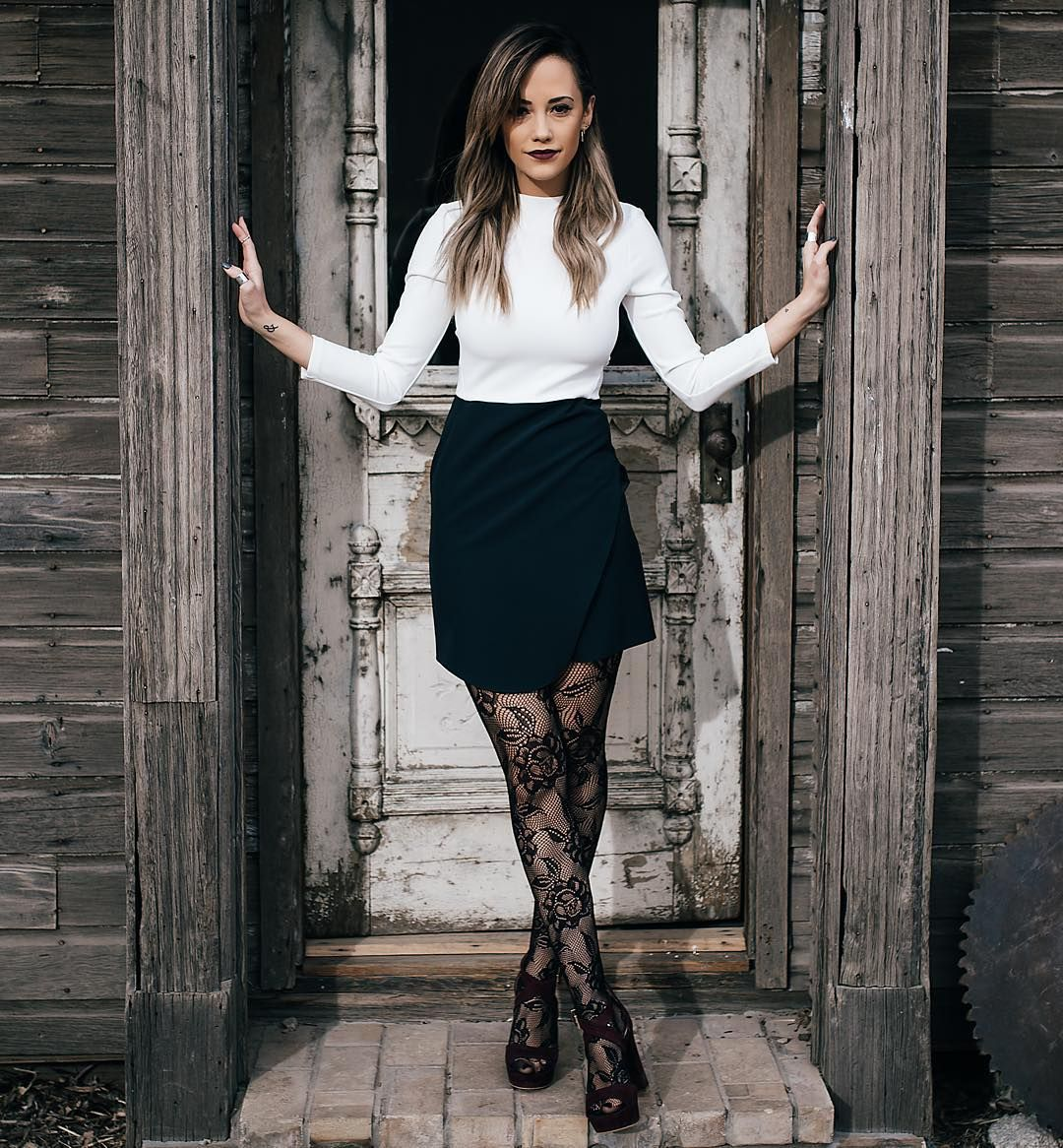 """""""This time of year is my favorite... The plum shoes from @VinceCamuto & tights were definitely necessary for today's look #ad #VinceCamuto #StyledAvenue.…"""""""