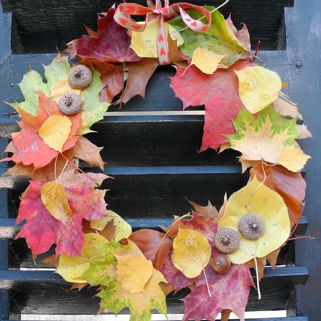 Hallo Herbst, kurz bevor der Winter uns beglückt hatte ich noch einmal große Lust eine Dekoration aus all den hübschen Herbstblätter zu basteln. Diese Blätterkranz Variante ist furchtbar einfach umzusetzten und sieht umso schöner aus! Fall decoration!