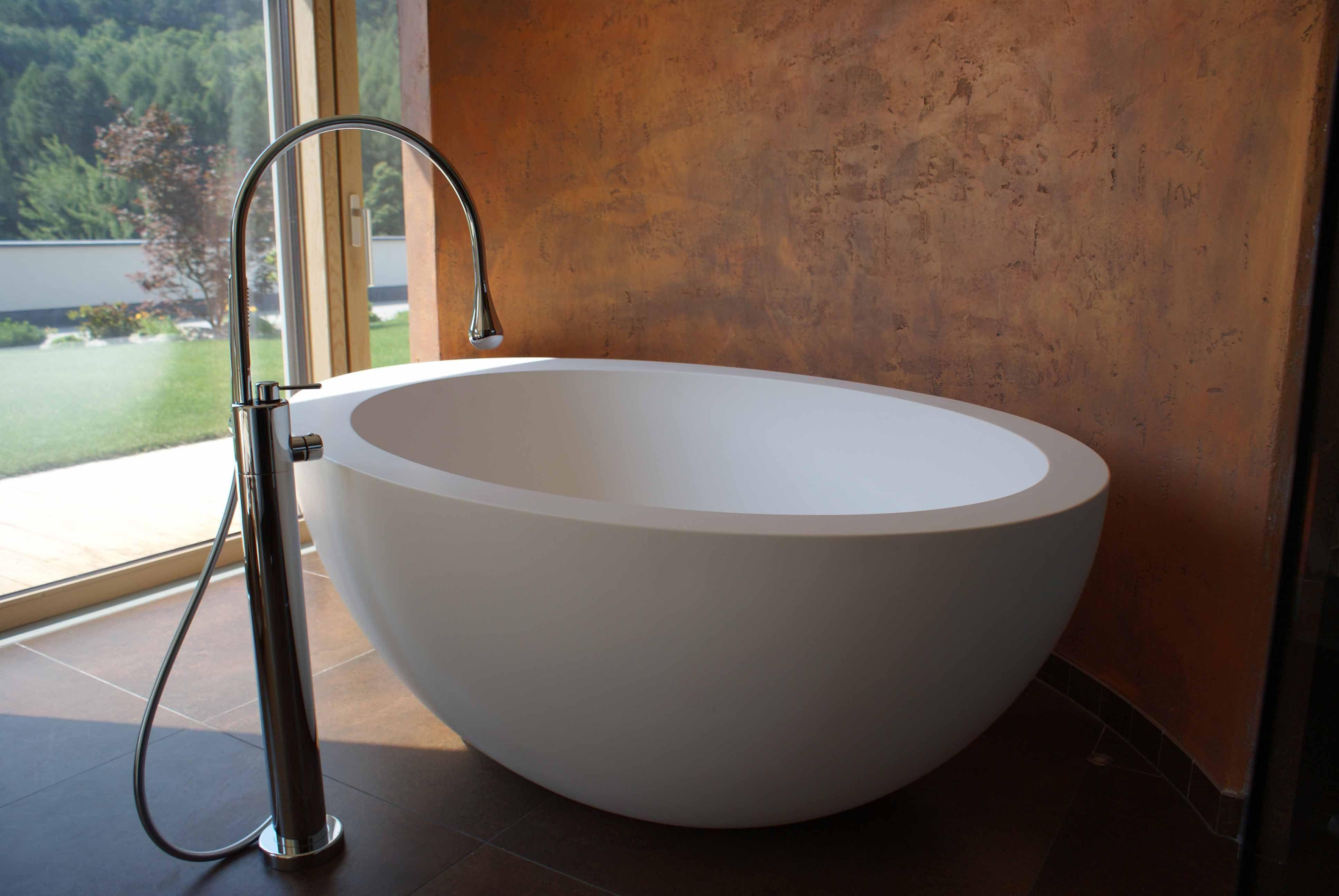Le Giare Badewanne freistehend aus Cristalplant und Goccia Badewannen Armatur freistehend im Gartenhotel
