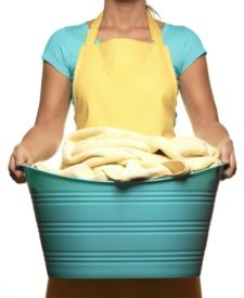 10 tips on using vinegar for laundry (including getting rid of yellowed items & color brightening).