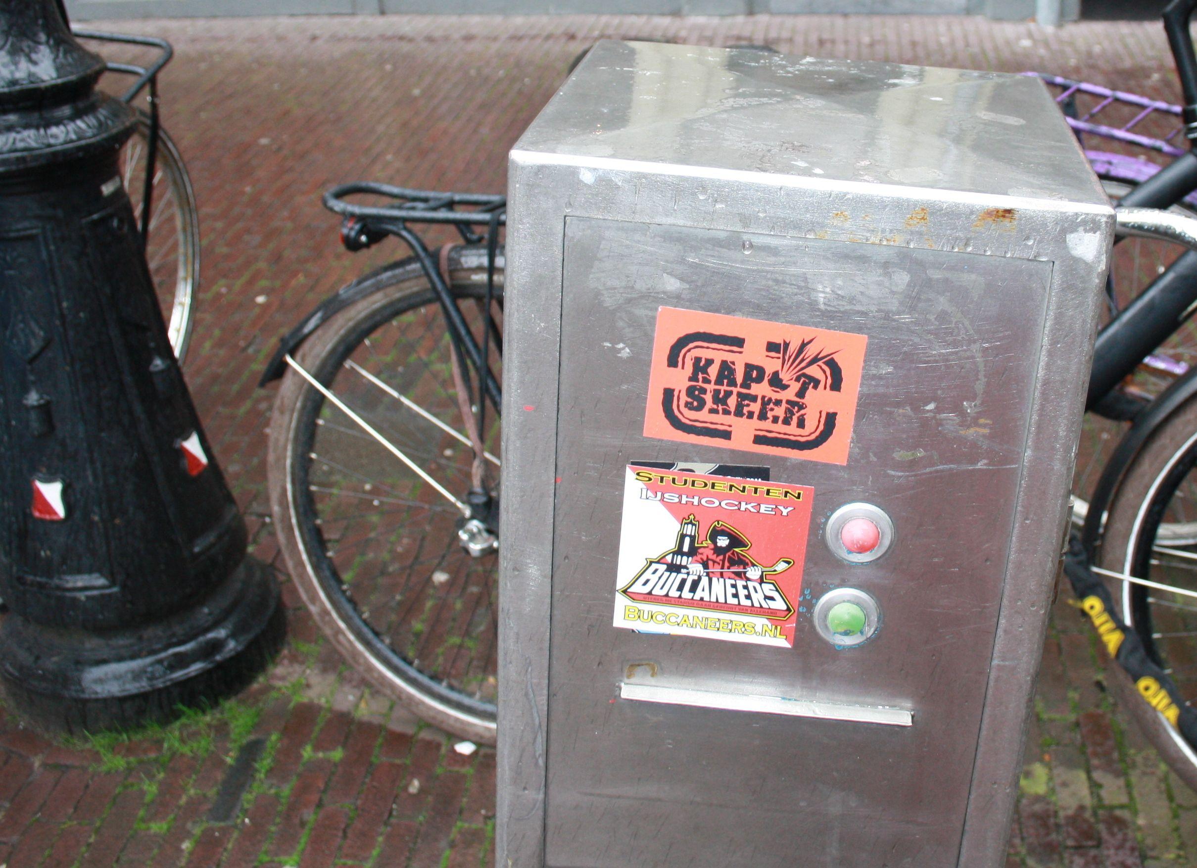 Het plakken van stickers over waar het maar kan is een goedkope maar effectieve manier van reclame maken. Mensen zullen de stickers zien en denken 'wat doet een sticker hier?'.