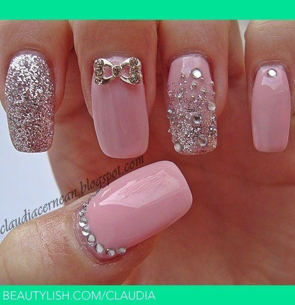 Uñas En Rosa Pastel Decoradas Con Brillos Plateados Perlas Y Lazos