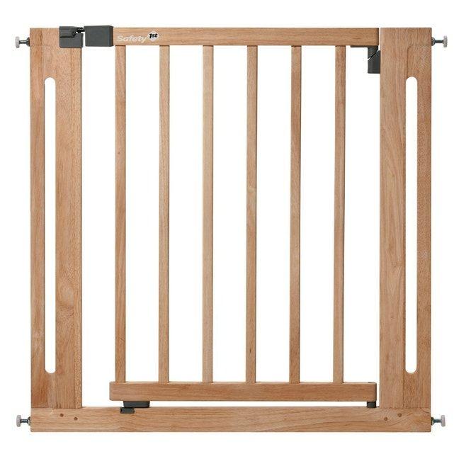 Pour Chaque Espace De Vie La Barriere De Porte Easy Close Wood De Safety First Reglable Et En 2020 Barriere De Securite Barriere De Securite Escalier Barriere Enfant