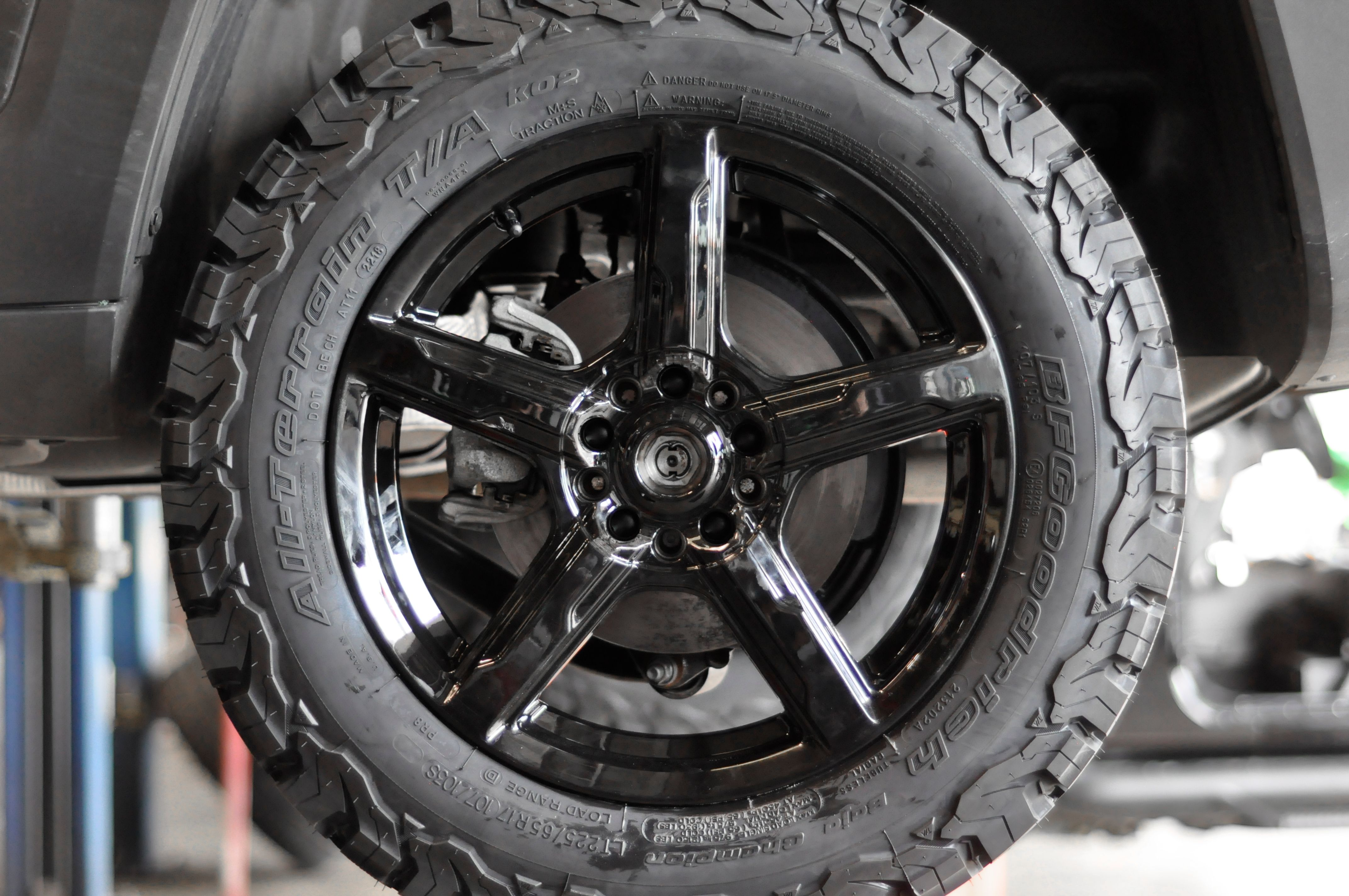 225 65r17 Bf Goodrich Ko2 Tire Under A 2018 Jeep Renegade
