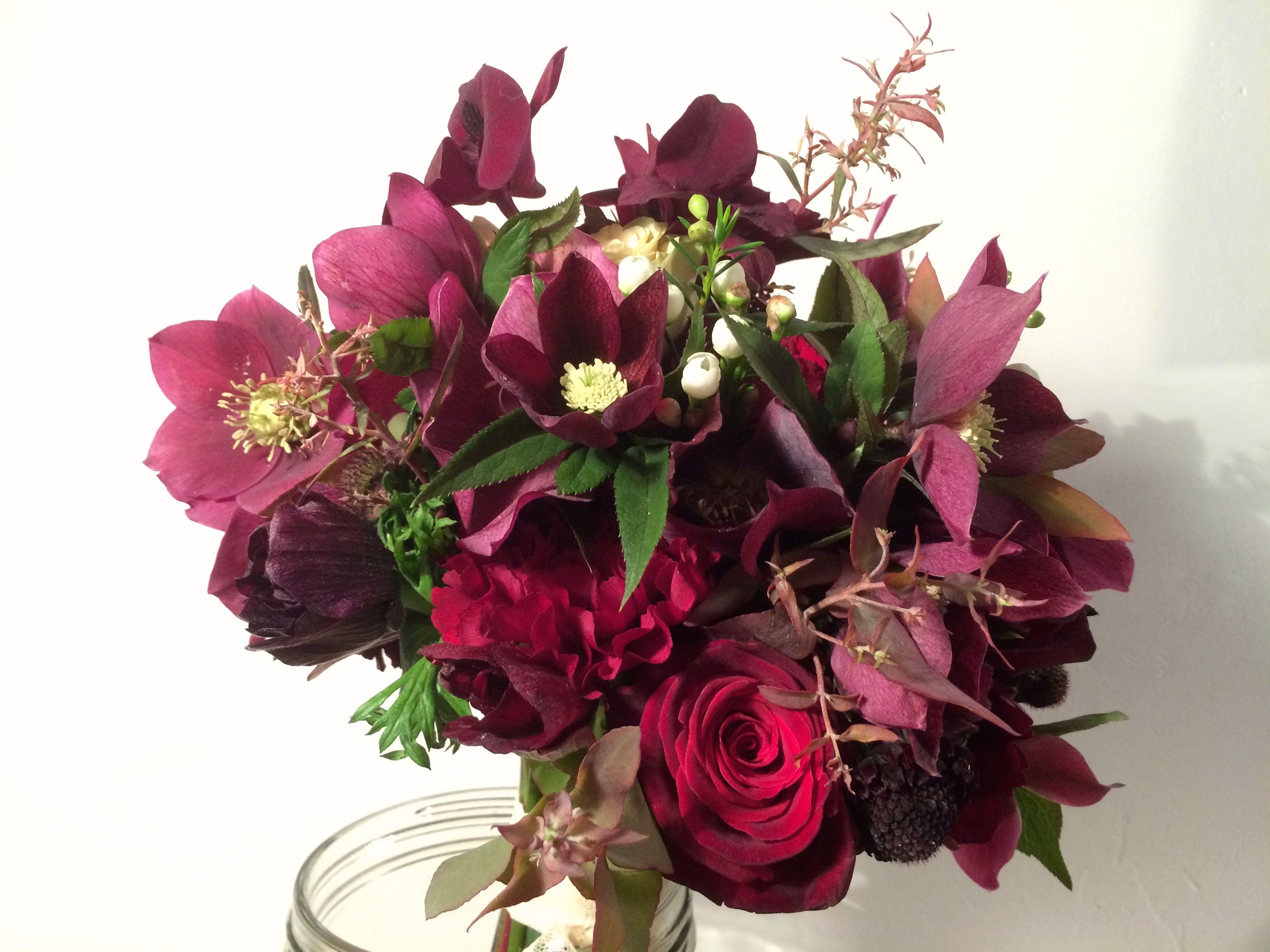 #bridalbouquet  #bouquetmariée #hellebore #pourpre www.madame-artisanfleuriste.com