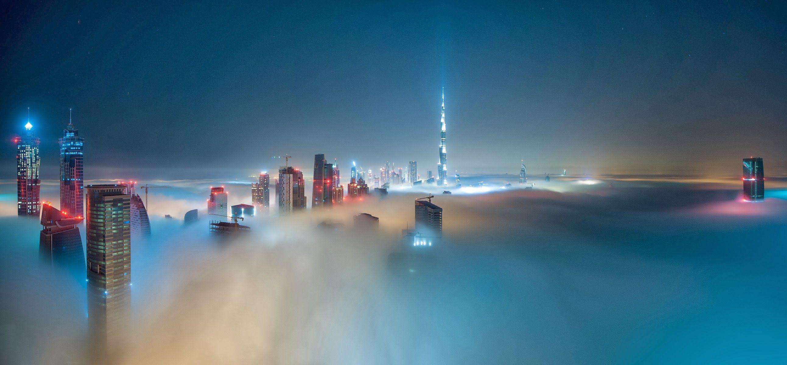 Le luci di #Dubai oltre la nebbia. Gli #EmiratiArabi Uniti che incantano con le loro metropoli nel deserto