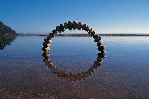 Pendant plus de 20 ans, l'artiste environnemental et le photographe Martin Hill ont créé des sculptures éphémères de glace, de pierre et de matières organi
