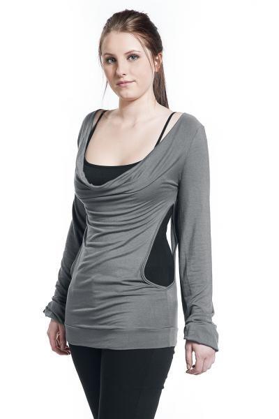 """La maglia grigia e nera """"Open Double Girls"""" firmata #EMPBlackPremium fa la sua figura ed è adatta a tutti i tipi di occasioni. Specialmente grazie alla scollatura sul retro che attira l'attenzione."""