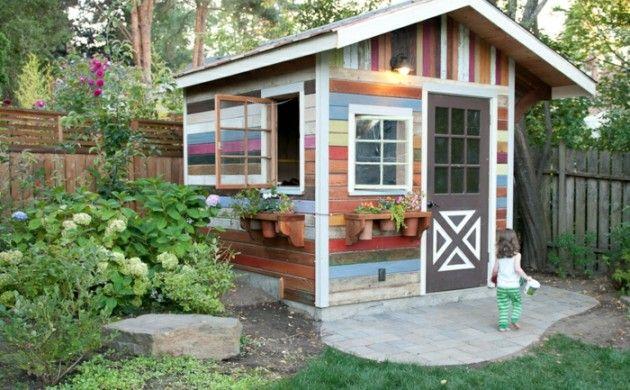 gartenhaus ideen gartenpavillion holzhaus selber bauen bunte holzplatten topfblumen hortensien
