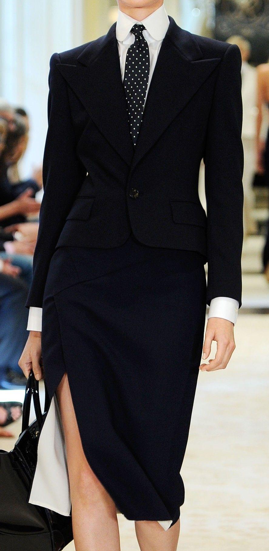 Traje corbata negra mujer