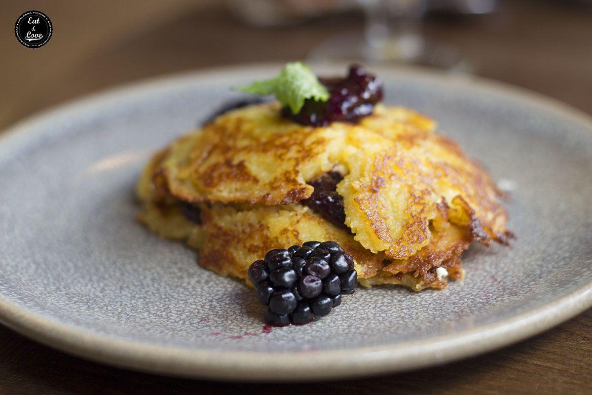 El brunch de La Jefa empieza con el capítulo dulce: bollería y panes artesanos (espectaculares). Después puedes elegir dos platos fuertes: nuestra primera elección fueron estas riquísimas tortitas de maíz con frutos rojos