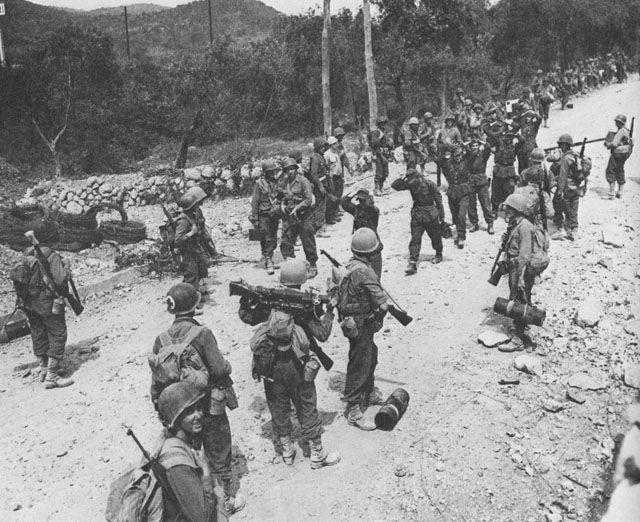 Infantería estadounidense y prisioneros de guerra alemanes cerca de Itri, Italia, febrero de 1944