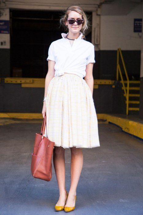 25b7090af Cómo combinar una camisa tipo polo | Faldas | Camisa tipo polo, Moda ...