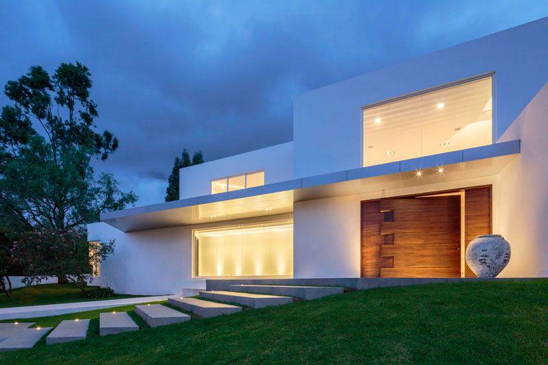 Maison moderne avec porte du0027entrée pivotante en bois sur mesure