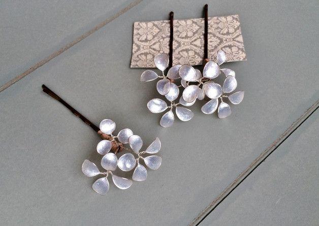 Drei süße kleine Haarklammern mit Blüten in einem schimmernden Glitzerton