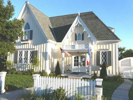 An American Boy Married A French Girl And They Live In An English Cottage So So Obvious Cottage Plan Victorian Homes Cottage Exterior