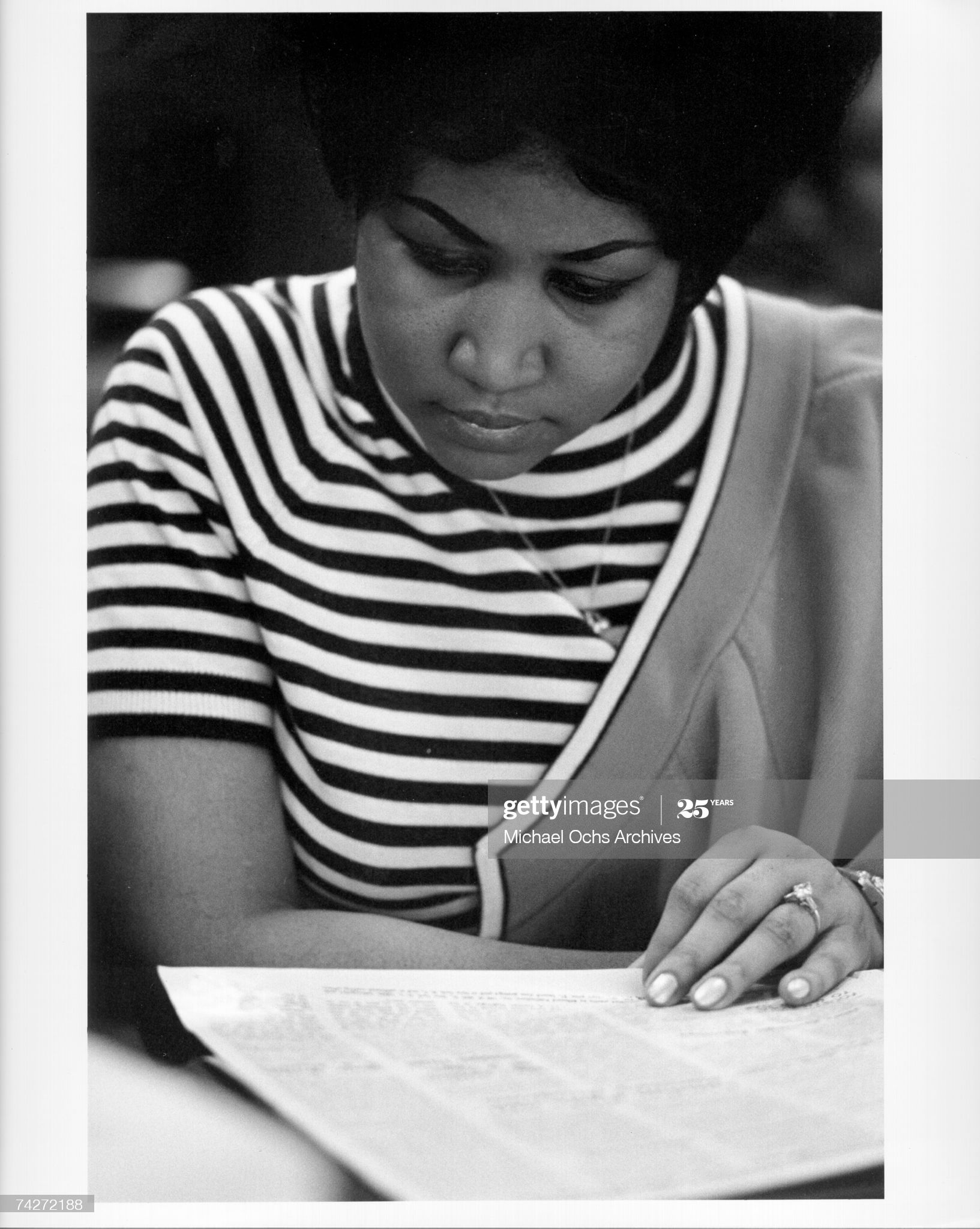 News Photo : Soul singer Aretha Franklin reads the newspaper...